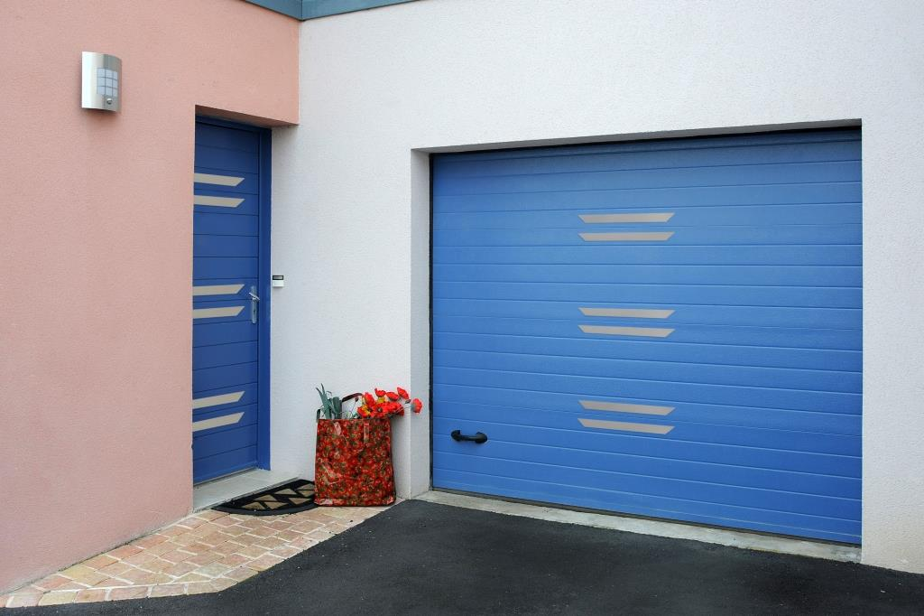 Une porte de garage bleue sur-mesure en aluminium made in France